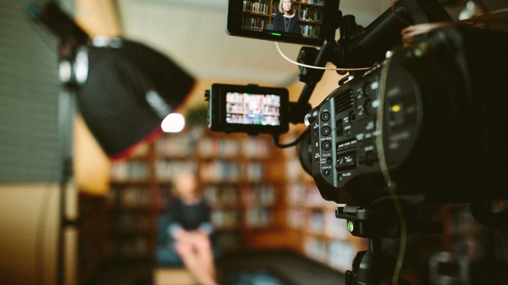 Interview de communication de filmée dans un bureau