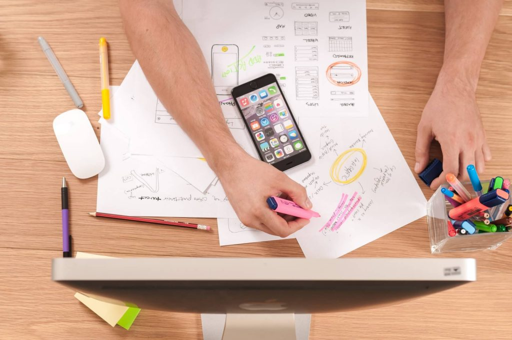 Une personne crée des contenus pour une stratégie de content marketing
