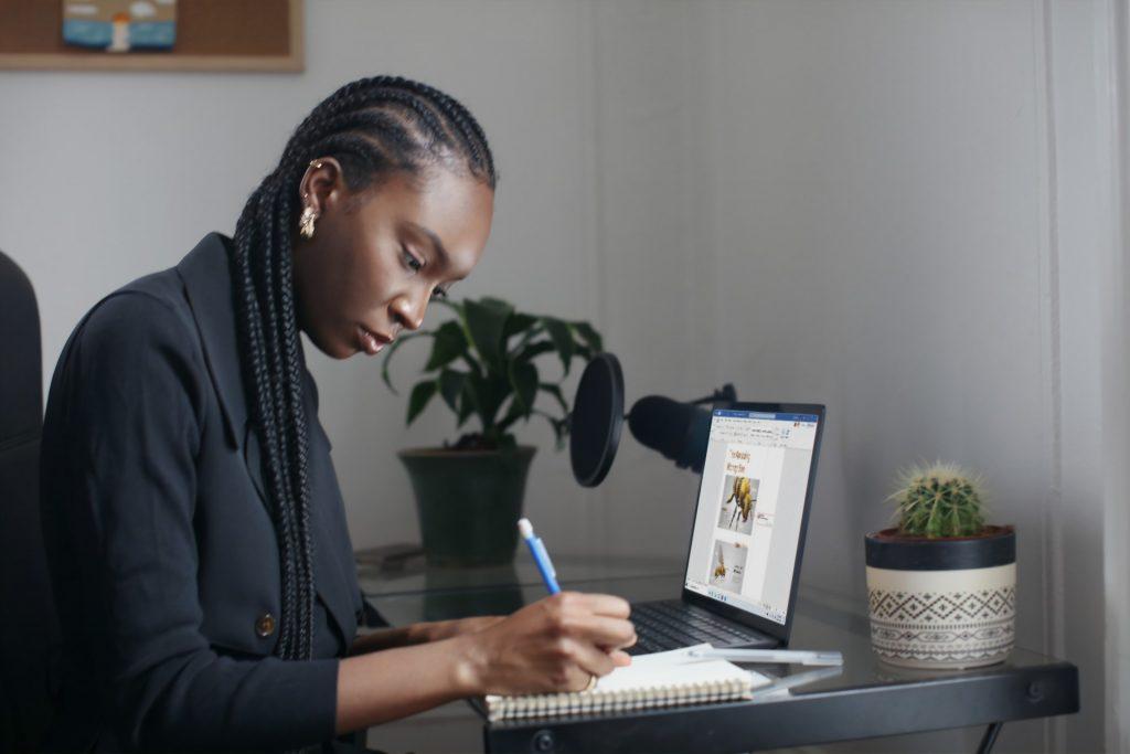 Une femme cherche un nom pour une entreprise éco-responsable