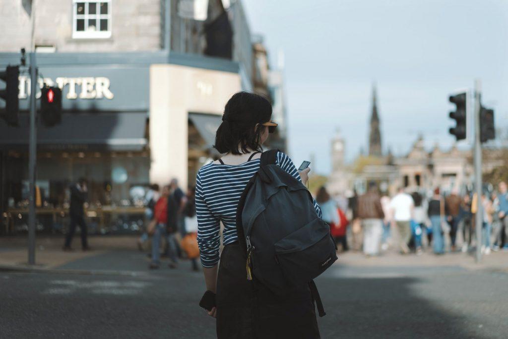 Une femme cherche un commerce local sur son mobile